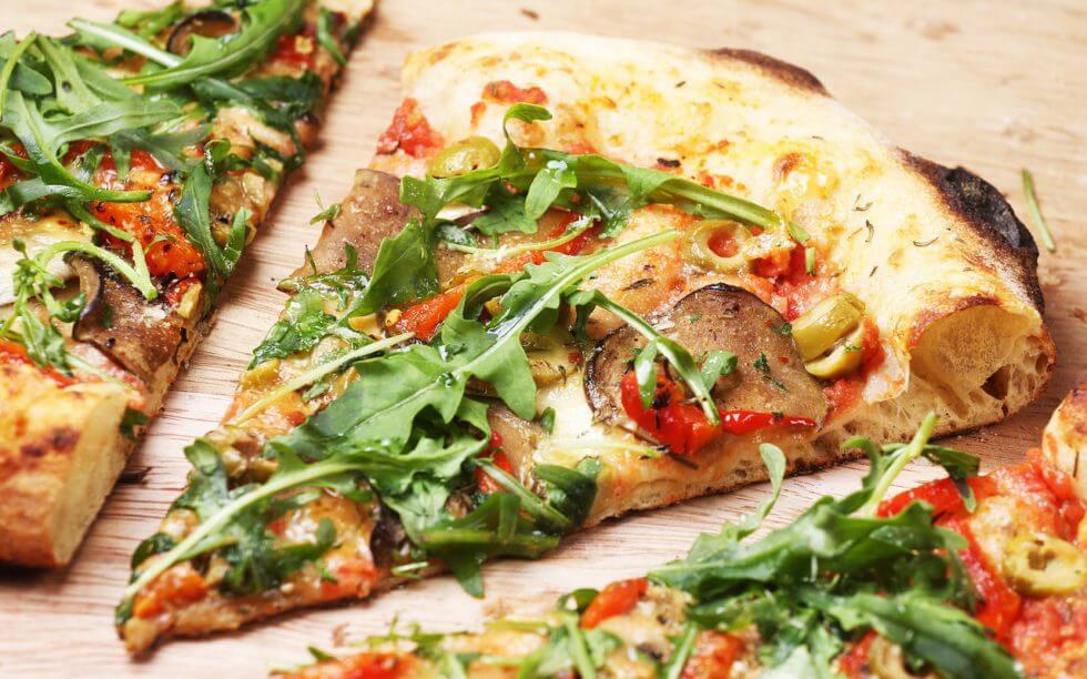 Frisch zubereitete Pizza in verschiedenen Größen . Guten Appetit!
